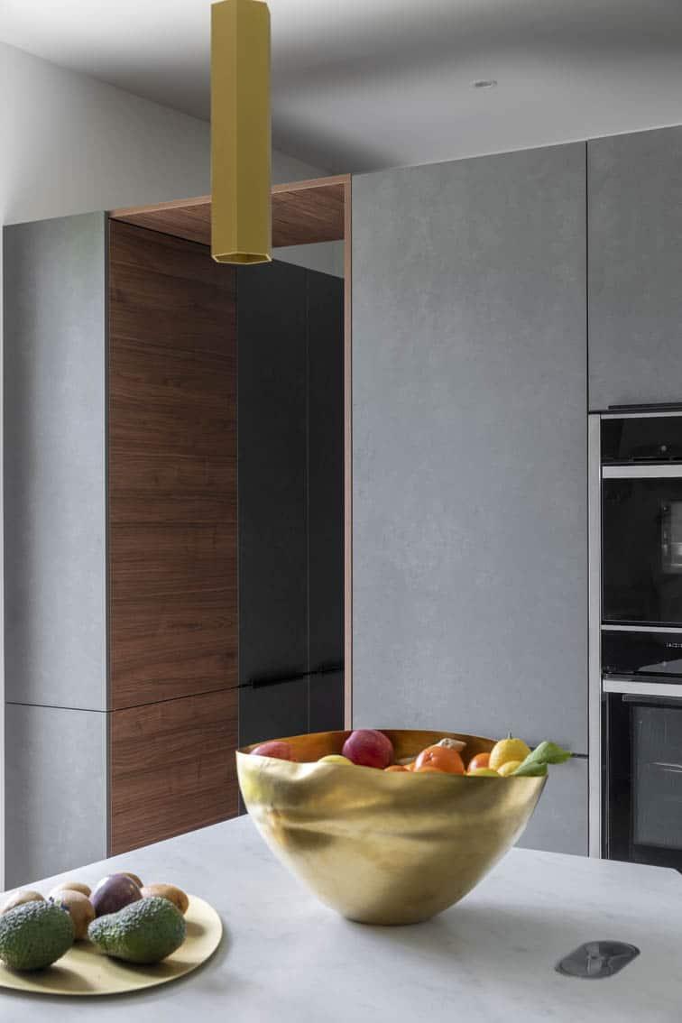 Conception de cuisine et agencement – Imbrication de rangement et plans de travail